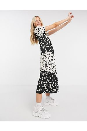 Liquorish Smock maxi dress with puffy sleeves in and white print