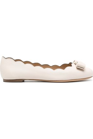 Salvatore Ferragamo Varina scalloped ballerina shoes - Neutrals