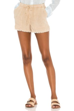 Bella Dahl Frayed Pocket Short in Tan.