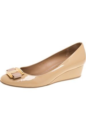 Salvatore Ferragamo Beige Patent Leather Vara Bow Wedge Pumps Size 40