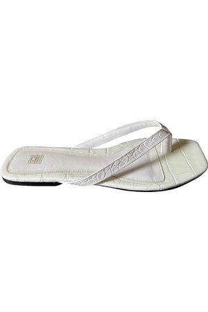 Totême Women Flip Flops - Flip-Flop Flat Leather Sandals for Women