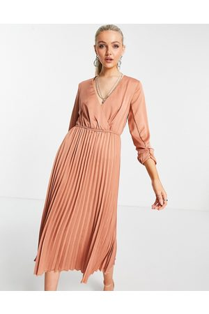 Liquorish Midi pleated dress in earthy