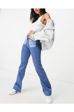 Wrangler Flared jeans with patch pockets in blue-Blues