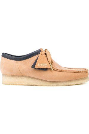 Clarks Men Lace-up Boots - Contrast-trim Wallabee lace-up shoes