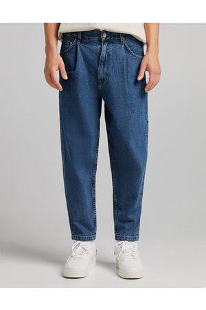 Bershka Balloon fit jeans in mid blue-Blues