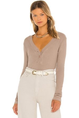 MONROW Rib Henley in Taupe.